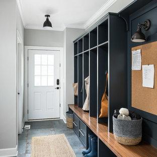 Idéer för stora vintage kapprum, med grå väggar, klinkergolv i porslin och blått golv