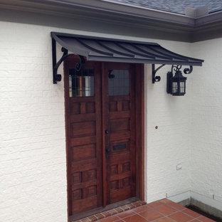 Mittelgroße Haustür mit weißer Wandfarbe, Keramikboden, Doppeltür und dunkler Holztür in New Orleans