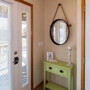 Foto de distribuidor marinero, pequeño, con paredes beige, suelo vinílico y puerta blanca