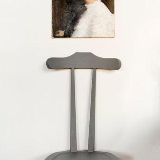 Idéer för att renovera en vintage entré, med vita väggar och plywoodgolv