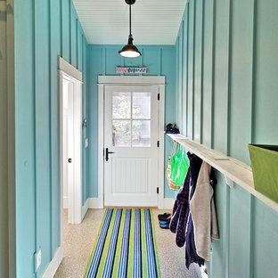 Foto di un ingresso o corridoio stile marinaro con una porta bianca
