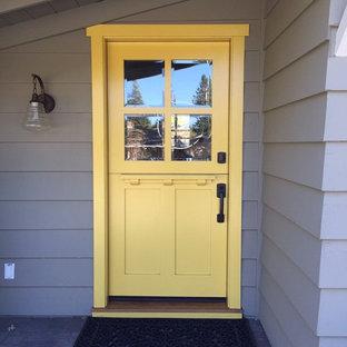 サンフランシスコの小さいダッチドアトランジショナルスタイルのおしゃれな玄関ドア (グレーの壁、スレートの床、黄色いドア) の写真