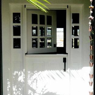 Стильный дизайн: входная дверь среднего размера в стиле неоклассика (современная классика) с голландской входной дверью, входной дверью из дерева среднего тона и белыми стенами - последний тренд