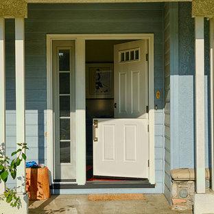 オレンジカウンティの広いダッチドアコンテンポラリースタイルのおしゃれな玄関ドア (青い壁、白いドア) の写真
