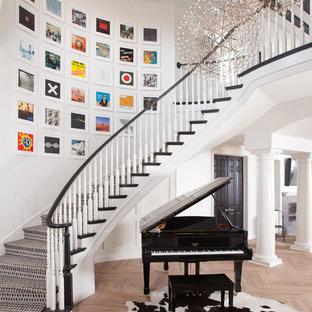 Imagen de entrada tradicional renovada con paredes blancas y suelo de madera en tonos medios