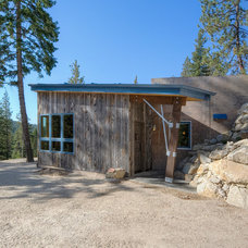 Rustic Entry by Copeland Architecture & Construction Inc