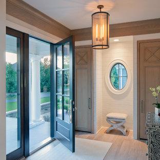 Immagine di un ingresso chic con pareti bianche, parquet chiaro, una porta singola e una porta in vetro