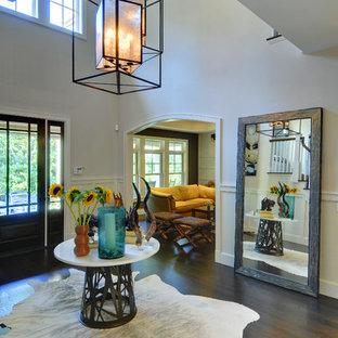 Idéer för att renovera en stor funkis foajé, med grå väggar, mörkt trägolv, glasdörr och en enkeldörr