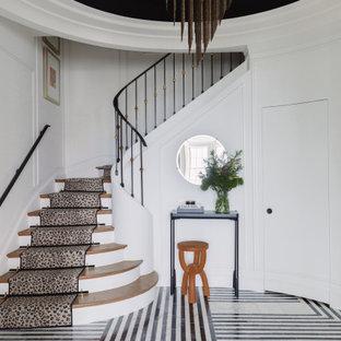 Imagen de entrada panelado, contemporánea, con paredes blancas, suelo multicolor y panelado