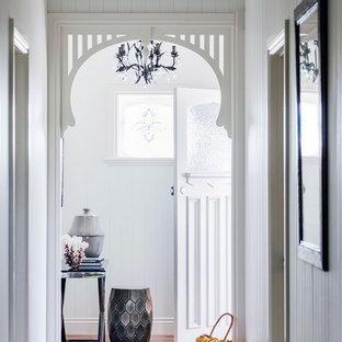Imagen de entrada marinera con paredes grises y suelo de madera oscura