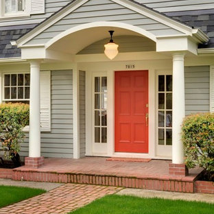 На фото: большая прихожая в классическом стиле с красной входной дверью
