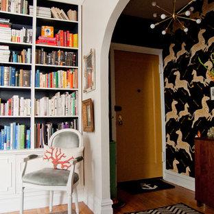 Ispirazione per un corridoio eclettico con pavimento in legno massello medio, una porta singola e una porta gialla
