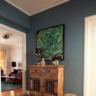 サンフランシスコの中くらいの片開きドアエクレクティックスタイルのおしゃれな玄関ロビー (青い壁、無垢フローリング、白いドア) の写真