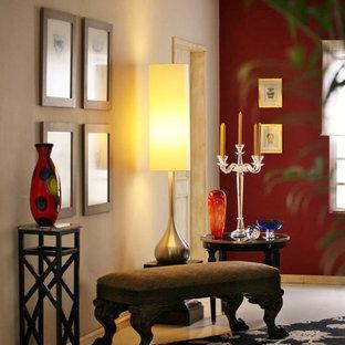 Exemple d'une grande entrée éclectique avec un couloir et un mur rouge.