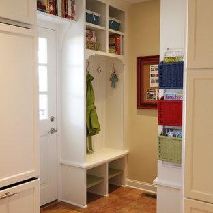 Immagine di un piccolo ingresso con anticamera chic con una porta singola, una porta bianca, pareti beige e pavimento in terracotta