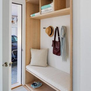 ボストンの小さいコンテンポラリースタイルのおしゃれなマッドルーム (白い壁、淡色無垢フローリング、ベージュの床) の写真