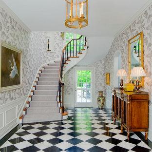 ボルチモアのトラディショナルスタイルのおしゃれな玄関ロビー (メタリックの壁、セラミックタイルの床) の写真