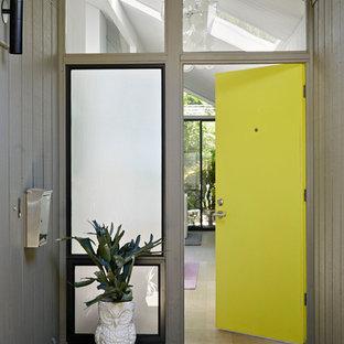 サンフランシスコの片開きドアミッドセンチュリースタイルのおしゃれな玄関ドア (黄色いドア) の写真