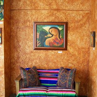 Cette image montre une entrée sud-ouest américain avec un mur orange.