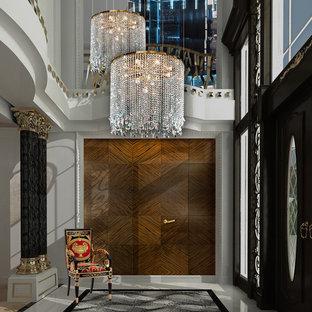 他の地域の巨大な両開きドアエクレクティックスタイルのおしゃれな玄関ロビー (白い壁、大理石の床、黒いドア) の写真