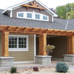 Ispirazione per un'ampia porta d'ingresso stile americano con pareti marroni, pavimento in cemento, una porta singola e una porta in legno bruno
