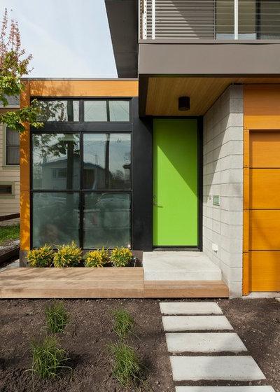 Contemporary Entrance by Moderna Homes, Inc.