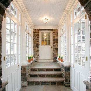 Inspiration för mellanstora klassiska farstur, med vita väggar, en enkeldörr och en vit dörr