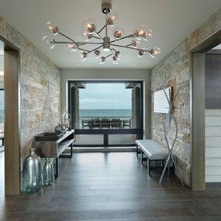 Cette photo montre un hall d'entrée tendance de taille moyenne avec un mur gris, un sol en bois foncé, une porte en bois foncé et un sol marron.