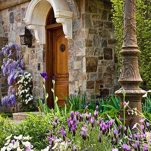 Foto di un ingresso o corridoio tradizionale con una porta singola e una porta in legno chiaro