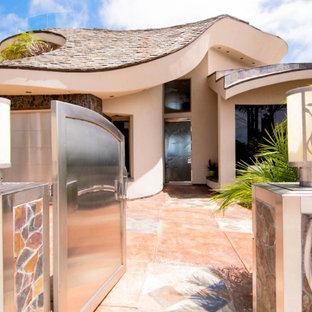 Пример оригинального дизайна: входная дверь среднего размера в современном стиле с бежевыми стенами, полом из керамической плитки, одностворчатой входной дверью, металлической входной дверью и оранжевым полом