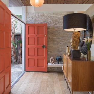 ロサンゼルスの中くらいの両開きドアトランジショナルスタイルのおしゃれな玄関ドア (セラミックタイルの床、赤いドア、茶色い床、ベージュの壁) の写真