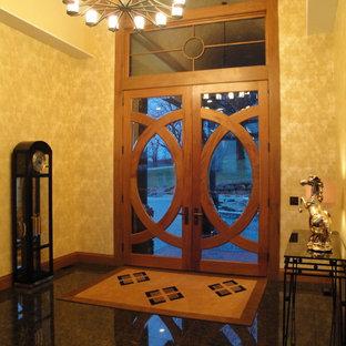 ミルウォーキーの中サイズの両開きドアエクレクティックスタイルのおしゃれな玄関ロビー (黄色い壁、御影石の床、木目調のドア) の写真