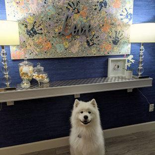 Bild på en liten funkis hall, med blå väggar, klinkergolv i keramik och grått golv