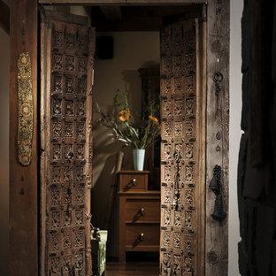 Idées déco pour une porte d'entrée avec une porte double et une porte marron.
