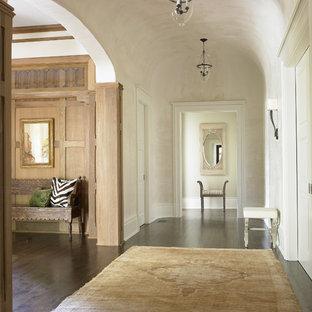 Ejemplo de distribuidor clásico, grande, con paredes beige y suelo de madera oscura