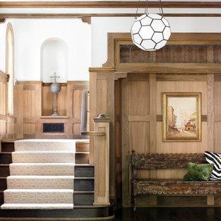 Cette image montre un hall d'entrée victorien avec un mur blanc.