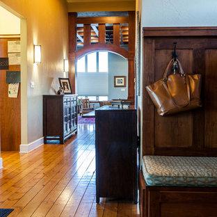 На фото: с высоким бюджетом фойе среднего размера в стиле кантри с бежевыми стенами, паркетным полом среднего тона, двустворчатой входной дверью, входной дверью из дерева среднего тона и желтым полом