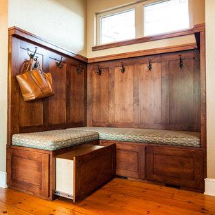 Mittelgroßer Uriger Eingang mit Foyer, beiger Wandfarbe, braunem Holzboden, Doppeltür, hellbrauner Holztür und gelbem Boden in Denver