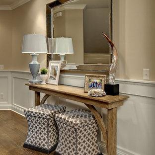 Idée de décoration pour une entrée tradition avec un couloir et un mur beige.