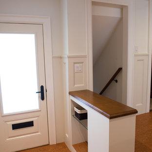 Выдающиеся фото от архитекторов и дизайнеров интерьера: входная дверь среднего размера в классическом стиле с белыми стенами, одностворчатой входной дверью, белой входной дверью и пробковым полом