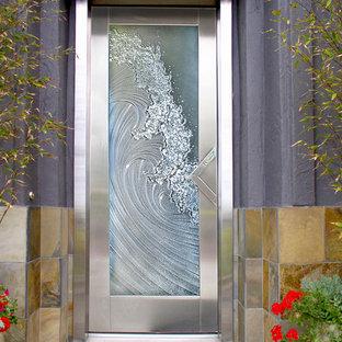 Foto di una porta d'ingresso costiera di medie dimensioni con pareti viola, una porta singola e una porta in vetro