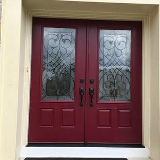 Bild på en stor vintage ingång och ytterdörr, med en dubbeldörr och en röd dörr