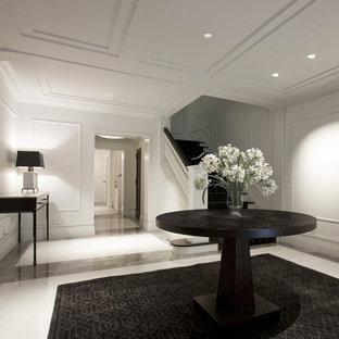 Пример оригинального дизайна: фойе в современном стиле с белыми стенами и мраморным полом