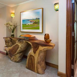Idéer för en exotisk foajé, med beige väggar och klinkergolv i porslin
