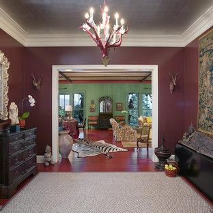 Eklektisk inredning av en entré, med röda väggar och rött golv