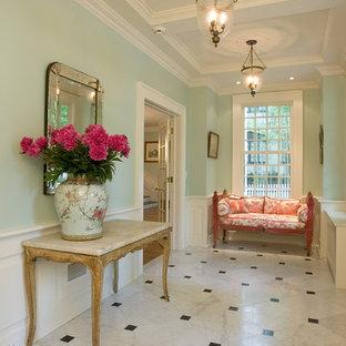 Idéer för stora vintage hallar, med gröna väggar, marmorgolv, vitt golv och en enkeldörr