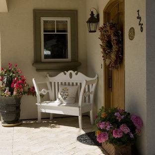 Idée de décoration pour une porte d'entrée tradition avec une porte simple et une porte en bois brun.