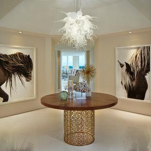 Idée de décoration pour un hall d'entrée design avec un sol en marbre, un sol blanc et un mur beige.