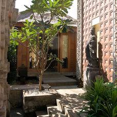 Tropical Entry by Iwan Sastrawiguna Interior Design