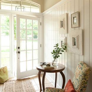 Modelo de puerta principal costera, de tamaño medio, con puerta de vidrio, paredes beige, suelo de baldosas de cerámica, puerta simple y suelo beige